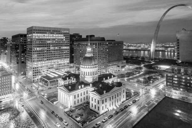 聖路易斯市中心城市天際線在黃昏時分。 - st louis 個照片及圖片檔