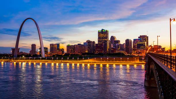 聖路易斯, 密蘇裡天際線和大門拱在晚上 (標誌刪除) - st louis 個照片及圖片檔