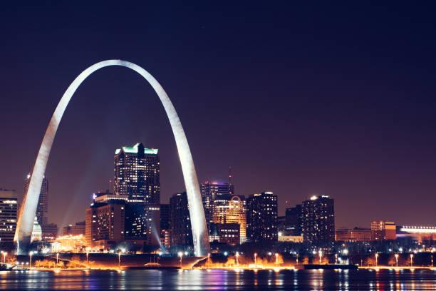晚上聖路易斯的天際線和拱門 - st louis 個照片及圖片檔