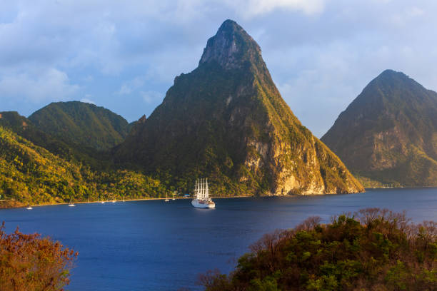 St. Lucia's Petit Piton Vulkan, Tropisch, Fels, Insel, Kleinere Sehenswürdigkeit wasser photos stock pictures, royalty-free photos & images
