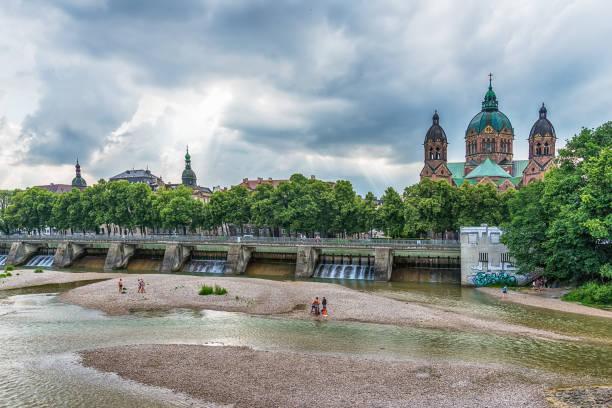 st. luke church nära floden isar och wehrsteg, münchen, tyskland - sankt peterskyrkan münchen bildbanksfoton och bilder