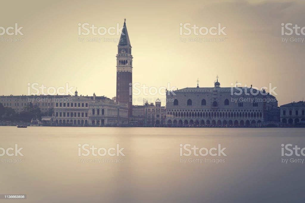 Place Saint-Marc avec Campanile et Palais des Doges à Venise au crépuscule - Photo