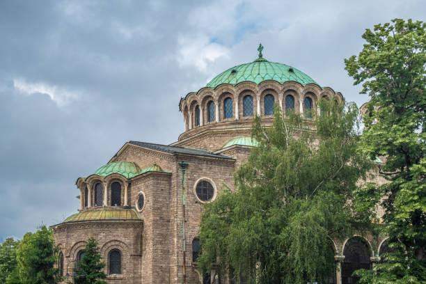 St. Nedelya Kirche mit dem ikonischen Vitosha Gebirge im Hintergrund, Sofia, Bulgarien – Foto