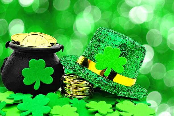 st patricks day design auf grünem hintergrund. - st. patrick's day stock-fotos und bilder