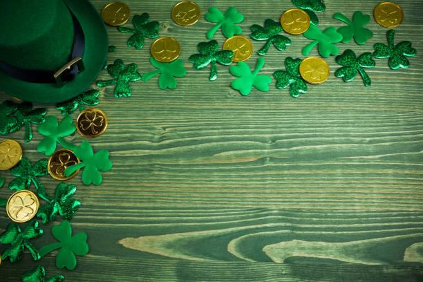 St. Patricks Day Rahmen von Schamsteinen, Goldmünzen und Leprechaun Hut auf grünem Holz – Foto