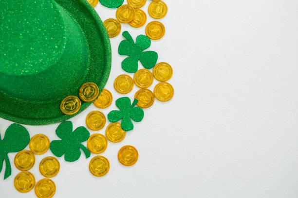 st. patricks day kobold hut, kleeblätter und schokoladen gold-münzen - st. patrick's day stock-fotos und bilder