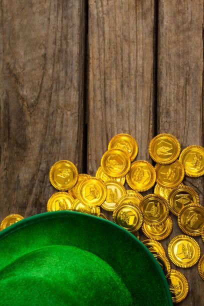 st. patricks day kobold hut mit schokolade goldmünzen - st. patrick's day stock-fotos und bilder