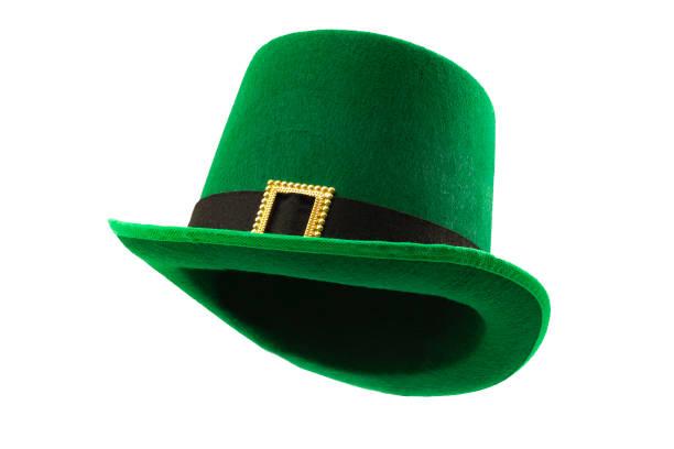 Meme de día de San Patricio y 17 de marzo concepto con una imagen de múltiples ángulos de un sombrero de desfile verde con un cinturón y hebilla aislados sobre fondo blanco con un camino de clip cortado - foto de stock