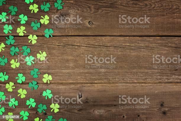 St patricks day shamrocks side border over rustic wood picture id910708208?b=1&k=6&m=910708208&s=612x612&h=7wo4yku62xkhcfhaypa6qadji0033gnndugulvyzfcu=