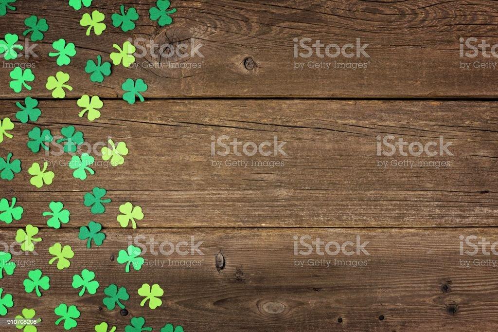 St. Patricks Day Kleeblätter Seitenrand über rustikale Holz – Foto