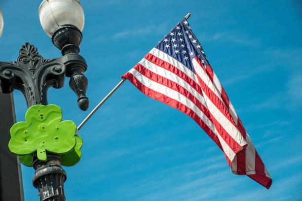 st. patricks kleeblatt amerikanische flagge chicago usa - st. patrick's day stock-fotos und bilder