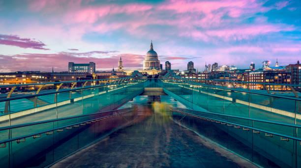st pauls cathedral en de millennium bridge in de schemering in londen, verenigd koninkrijk. - londen engeland stockfoto's en -beelden