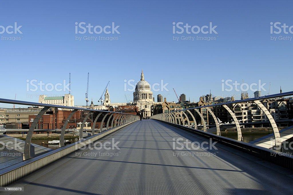 St. Pauls Kathedrale und der Millenium Bridge – Foto