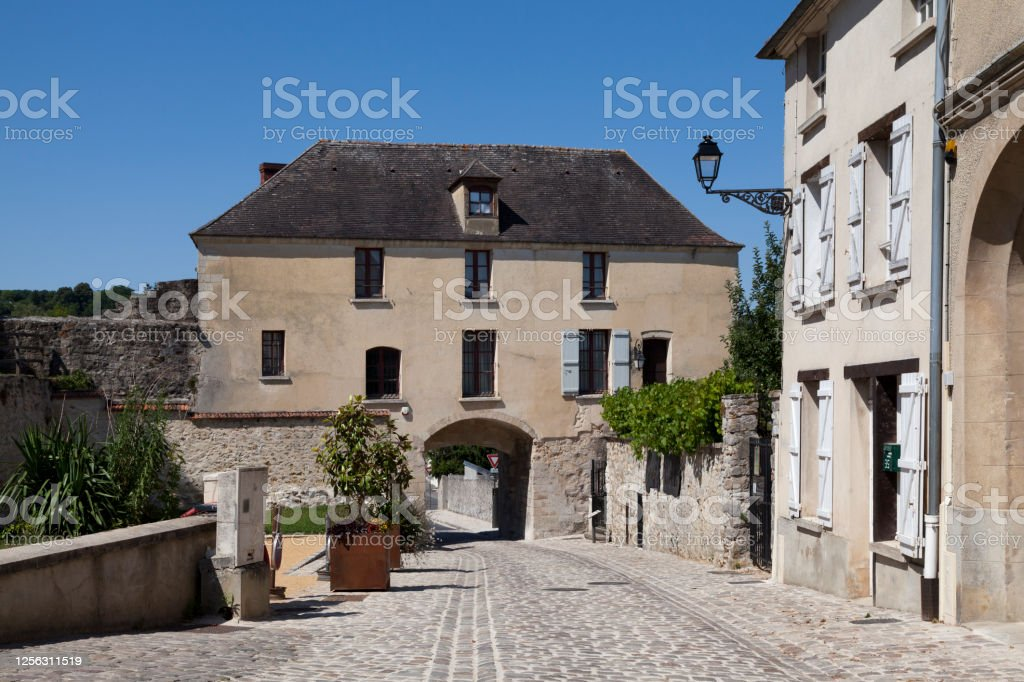 St. Peter's Gate in Château-Thierry The Saint-Pierre gate, from the end of the 13th century, is a vestige of the urban rampart which surrounded the fortified town, which stands in the commune of Château-Thierry in the Aisne department in the Hauts-de-France region. Aisne Stock Photo