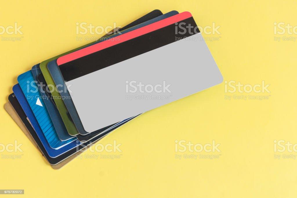 Stapeln Sie fo bunten Kreditkarten auf Pastell farbigen Hintergrund. - Lizenzfrei Bank Stock-Foto