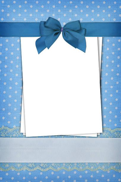 stapel von leere papiere auf blauen tupfen hintergrund - taufe texte stock-fotos und bilder