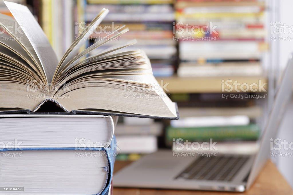 Stapel von Büchern und Computer in der Bibliothek – Foto