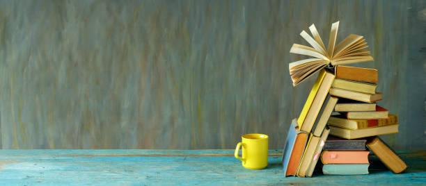 pile de livres et tasse de café. lecture, littérature, éducation, bibliothèque, concept de bureau à la maison, bon espace de copie - bibliothèque photos et images de collection