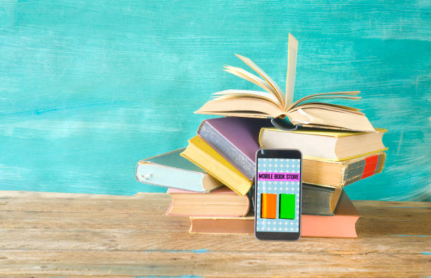 Stapel von Büchern und Smartphone. Online-Buchladen, E-Book, Buchmesse, Lesen, Bildungskonzept. – Foto