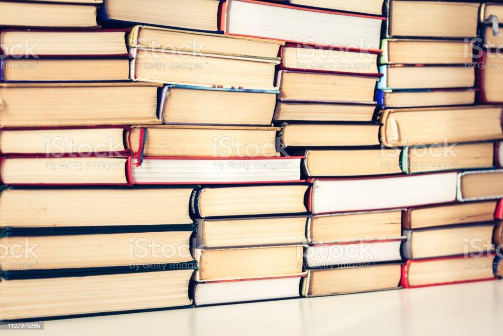 Stapel von Büchern Bildung Konzept Hintergrund, viele Bücher Pfähle mit textfreiraum für Text. – Foto