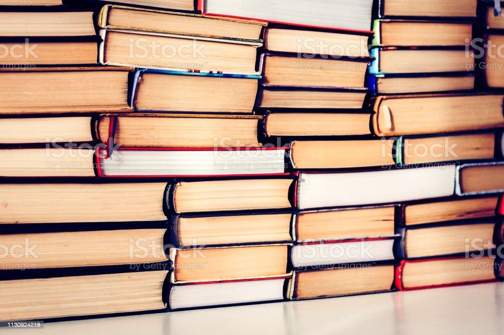 Stapel von Büchern Bildungskonzept Hintergrund, viele Bücher Haufen mit Kopierplatz für Text. – Foto