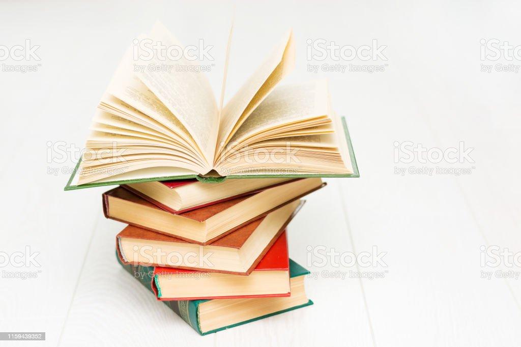 Photo Libre De Droit De Pile De Livres Mensonges Un Livre