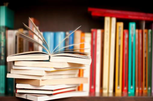 Stack Of Books On A Shelf Multicolored Book Spines Stok Fotoğraflar & Ahşap'nin Daha Fazla Resimleri