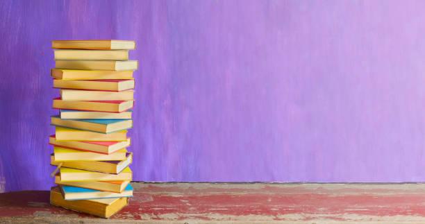 Stapel von Büchern, Lesen, Lernen, Bildung, Literatur, Panorama, großer Kopierraum – Foto