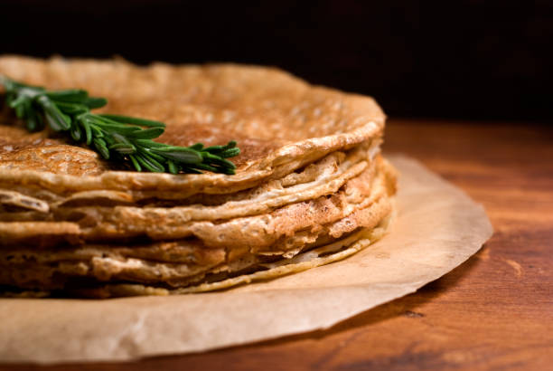 stapel von buchweizen-crepes - buchweizenpfannkuchen stock-fotos und bilder
