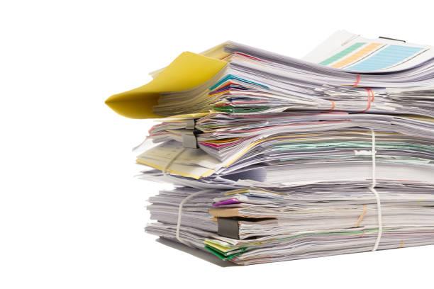ein haufen business dokumente isoliert auf weißem hintergrund  - gefüllte bon bons stock-fotos und bilder
