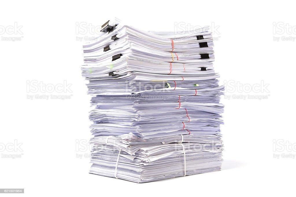 Pila di giornali di affari isolato su sfondo bianco foto stock royalty-free