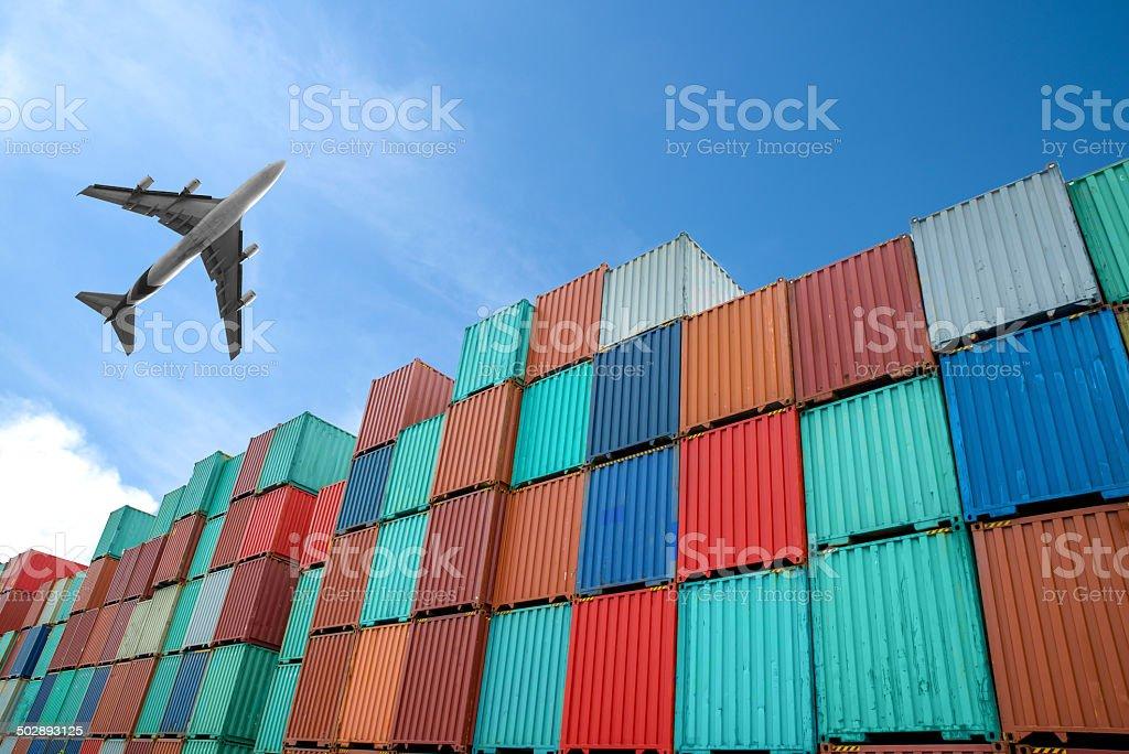 Pilas de contenedores de carga en el muelle - foto de stock