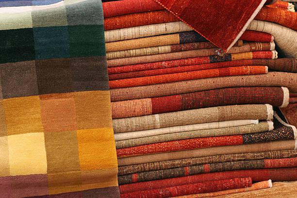 stapel von teppiche - hausgemachte teppichreiniger stock-fotos und bilder