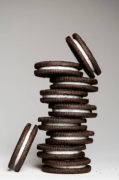 Stack of Chocolate Sandwich Cookies - foto de acervo