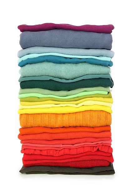 stack of clothes - kleidung falten stock-fotos und bilder