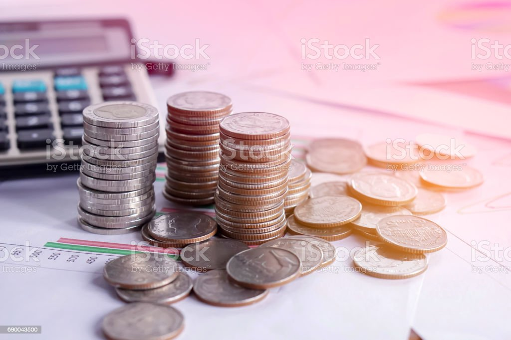 Stapel von Münzen, Taschenrechner, Kursdiagramm Bericht und Lupe, betriebswirtschaftlicher Hintergrund – Foto