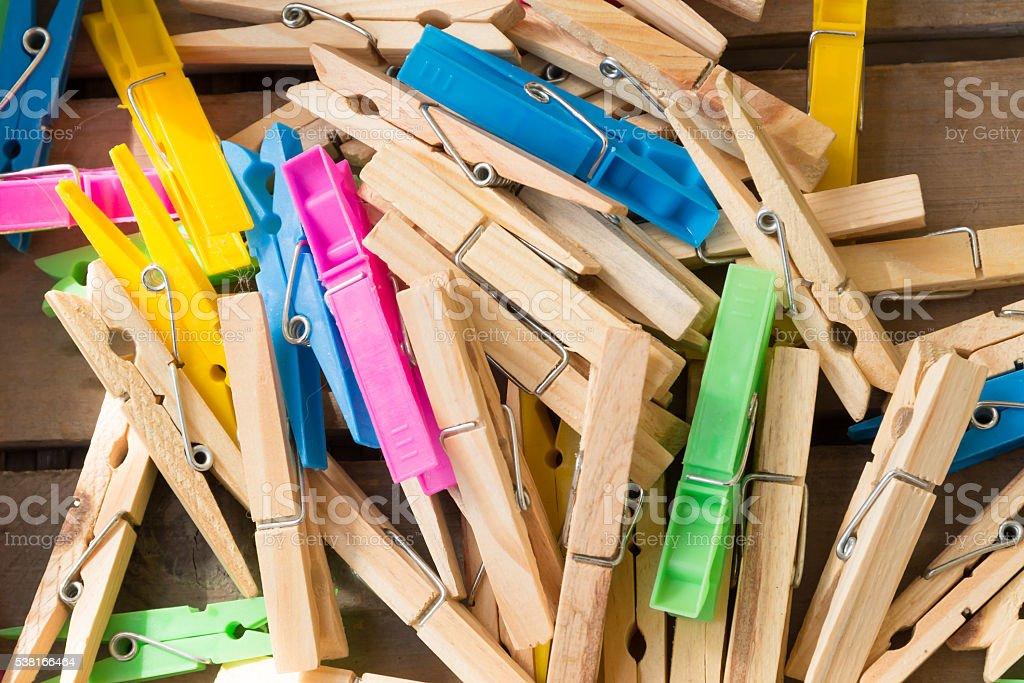 Stapel von farbigen clothespins. – Foto