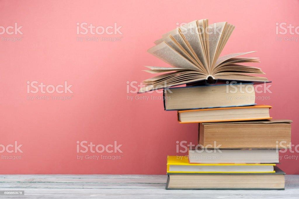 Pila De Libros Coloridos Fondo De Educación Regreso A La Escuela ...
