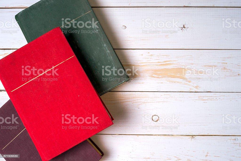 Pile de livres colorés de grunge Bleu en arrière-plan, espace copie photo libre de droits