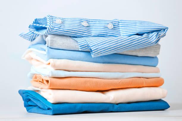 stos kolorowych bawełnianych ubrań. sterta złożonej pralni. - odzież zdjęcia i obrazy z banku zdjęć