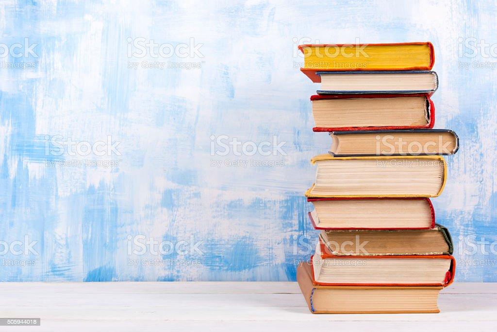Pila Di Libri Colorati Hardback Libro Aperto Su Sfondo Blu - Fotografie stock e altre immagini di Abilità - iStock