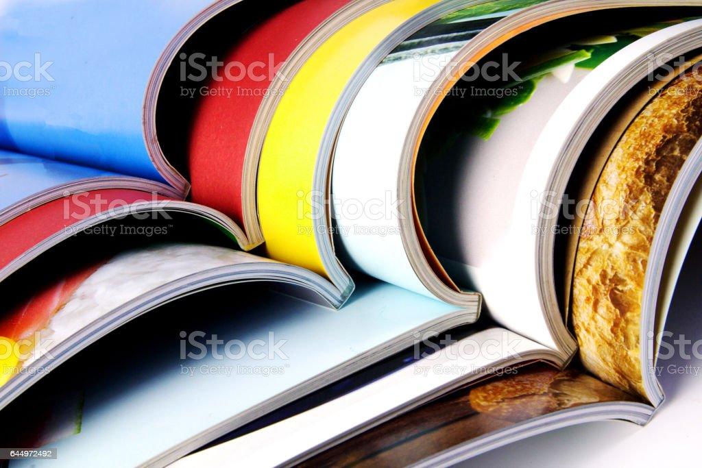 Stapel von bunten Zeitschriften – Foto
