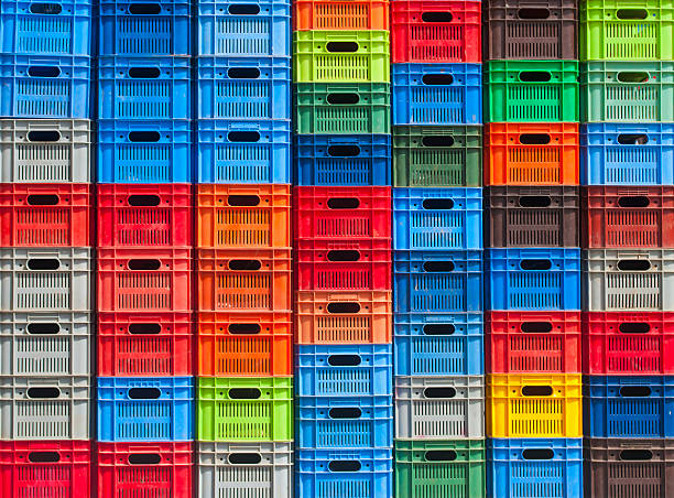 stapel von bunten kunststoff-boxen - holzkiste stock-fotos und bilder