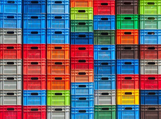 stapel von bunten kunststoff-boxen - polypropylen stock-fotos und bilder