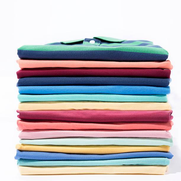 stapel von bunten t-shirt - kleidung falten stock-fotos und bilder