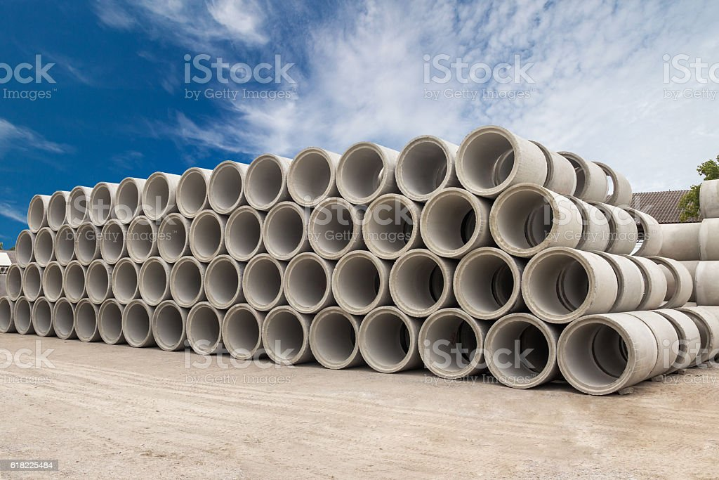 Stack of concrete drainage pipes for wells and water discharges – Foto