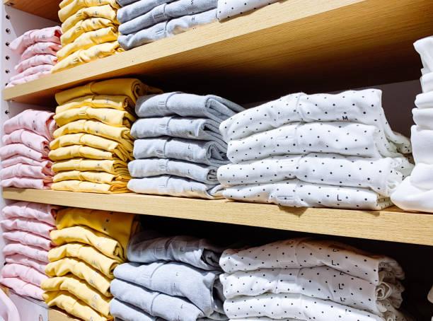 Stapel von Baumwolle T-shirt im Geschäft – Foto