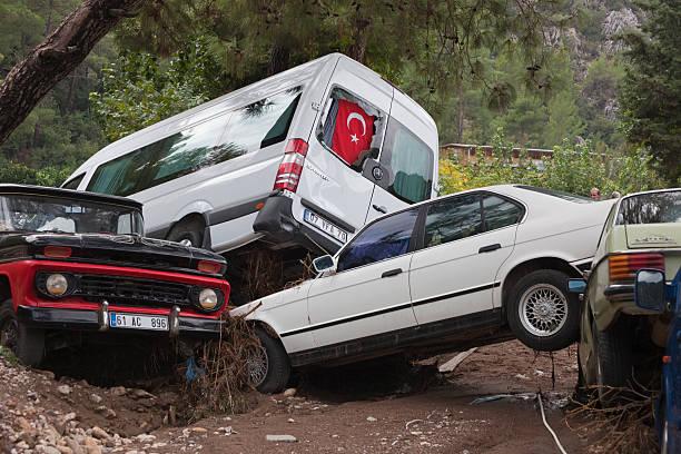 stapel gecrasht autos nach der flutkatastrophe - chevy van stock-fotos und bilder
