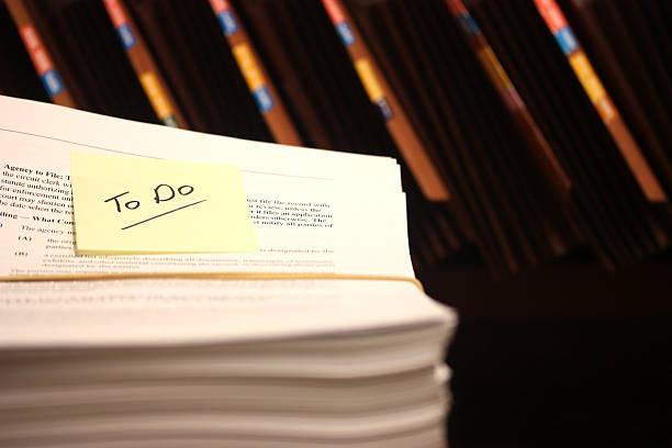 stapel von dokumenten zu eingereicht - rechtsassistent stock-fotos und bilder