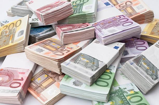 stapel von euro-banknoten - euro symbol stock-fotos und bilder